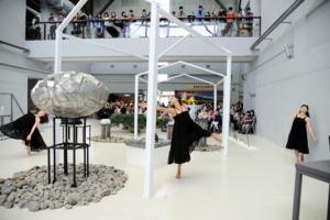開幕茶會舞者與作品互動表演